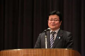 閉会式冒頭で挨拶する西村副大臣