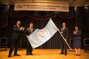 次期開催国トルコに開催国旗の引継ぎをする西村副大臣