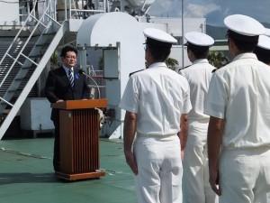 巡視船「はてるま」船上にて激励を行う西村副大臣