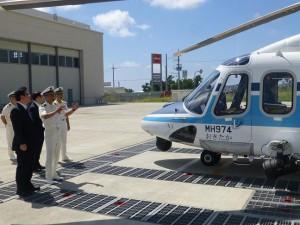 石垣航空基地所属のヘリコプターを視察する西村副大臣