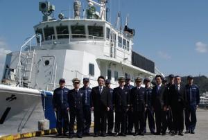 関門海峡で洋上視察をした、巡視艇「はやなみ」と西村副大臣