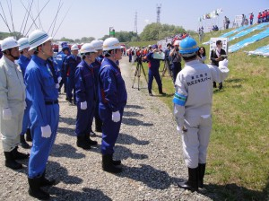 水防工法を視察する西村副大臣