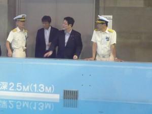 横浜海上防災基地の訓練施設の説明を受ける西村副大臣