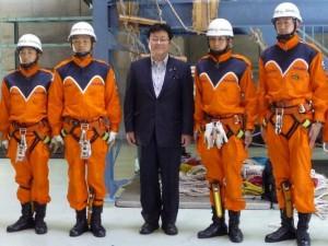 特殊救難隊と西村副大臣