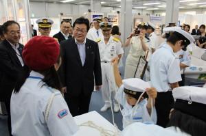 海の総合展の海洋少年団ブースを視察する西村副大臣