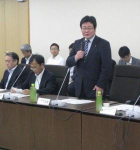 《北海道開発分科会で挨拶する西村副大臣》